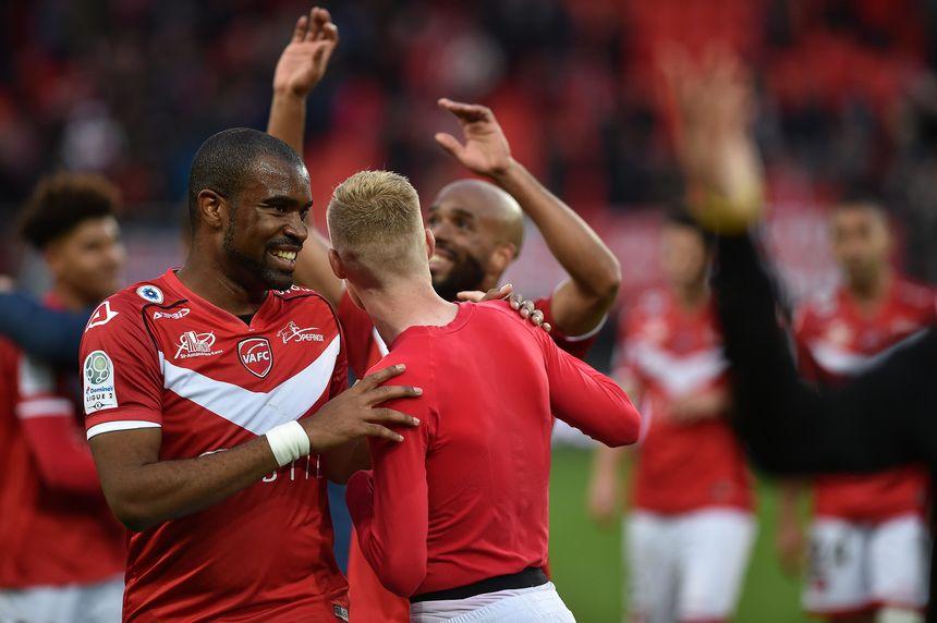 Valenciennes s'impose 4 à 2 face au RC Lens lors de la 13e journée de Ligue 2