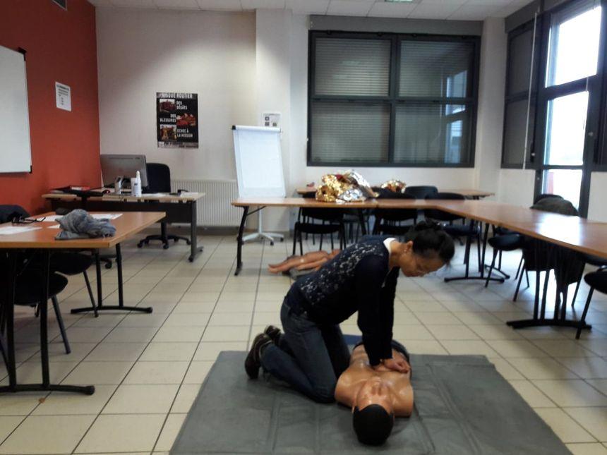 Chaque minute passée sans massage cardiaque réduit de 10% les chances de survie d'une personne en arrêt cardiaque