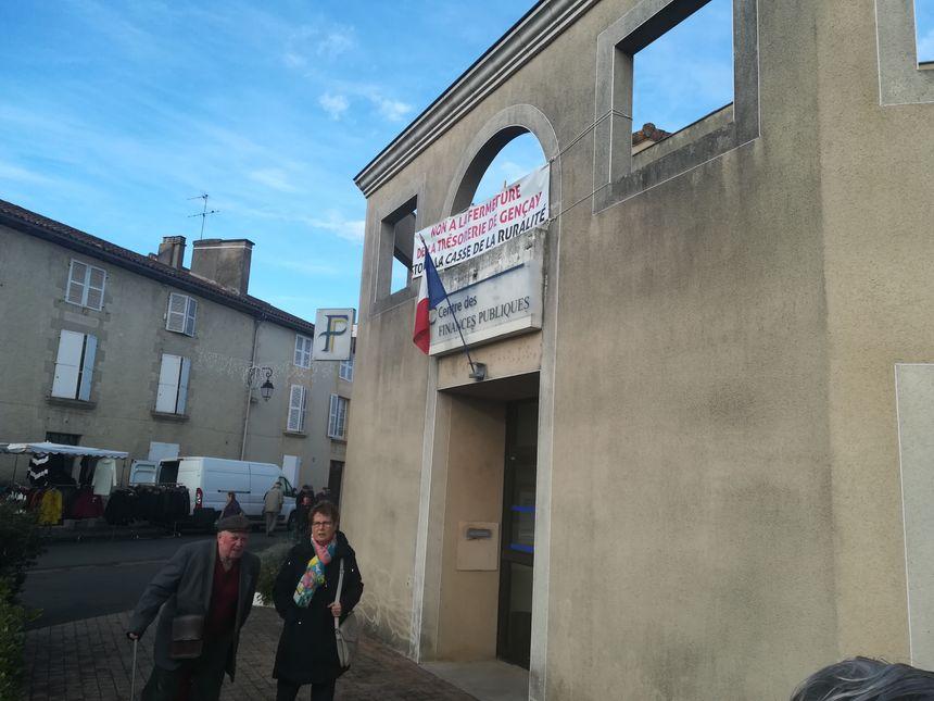 Le collectif citoyen de Gençay a affiché ses revendications sur les murs de la trésorerie