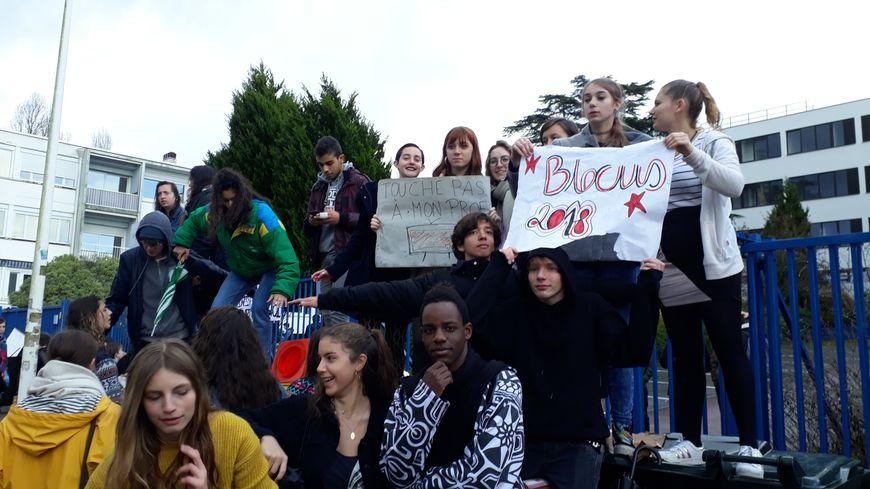 Mobilisation ce vendredi matin devant l'établissement René Cassin à Bayonne, où les lycéens ont mis en place des barrières