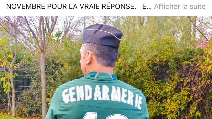 Un gendarme de la Loire pose avec le maillot de l'AS Saint-Etienne