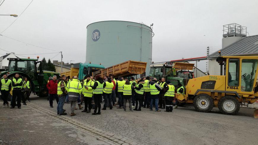 Des indépendants du BTP et des gilets jaunes devant le dépôt pétrolier de Lorient.