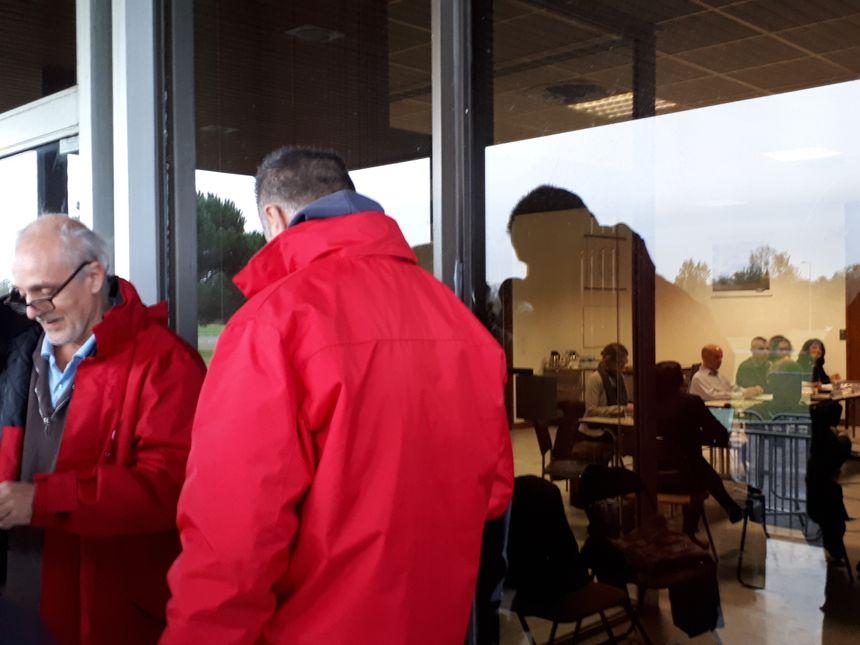 A l'intérieur, la réunion du CE; à l'extérieur, les représentants syndicaux patientent