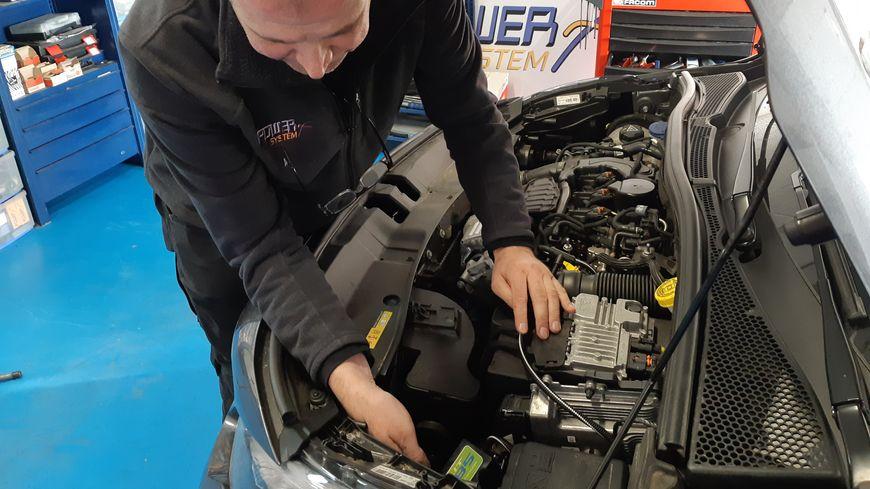 Fabrice Vandenhende, gérant de la société Power System à Wasquehal, installe ses boîtiers bioéthanol sur des centaines de voitures en ce moment