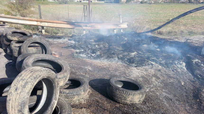 Non loin de l'entrée principale du dépôt pétrolier, des pneus ont été brûlés par des individus dans la nuit.