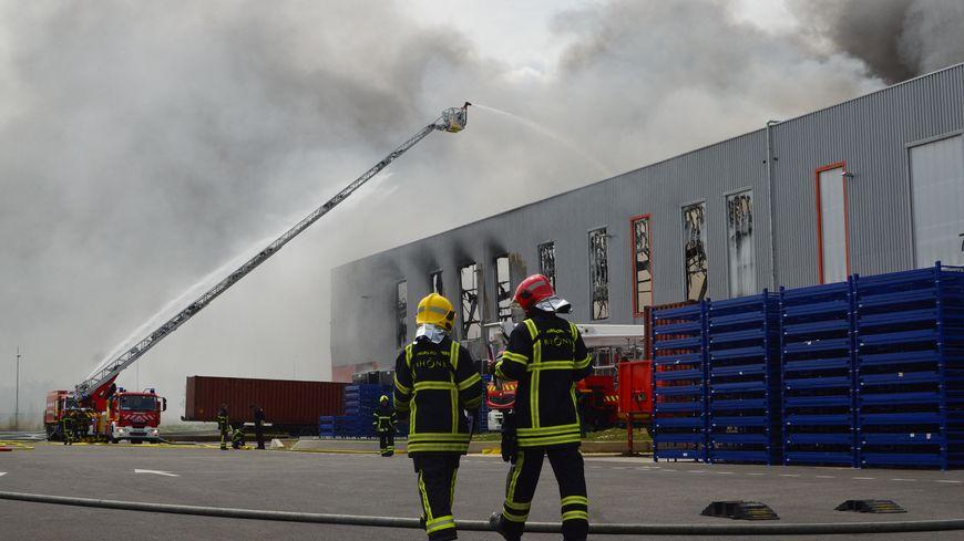 Les pompiers volontaires ont été retardés en tentant de rejoindre leurs casernes