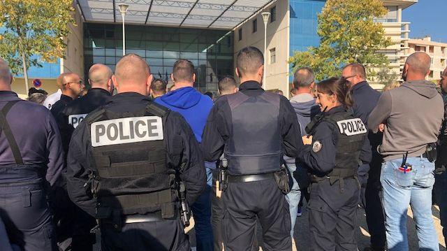 Emouvante minute de silence devant le commissariat de Nîmes.