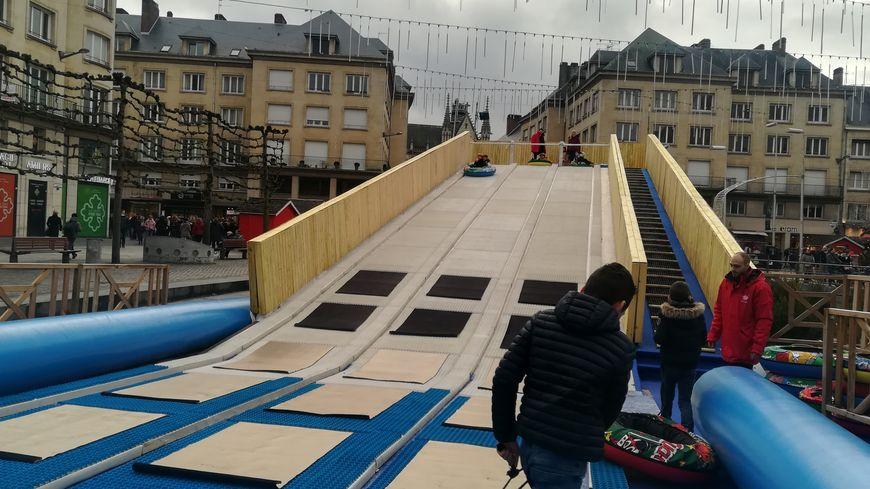 La piste de luge synthétique installée place Gambetta à Amiens pour le marché de Noël