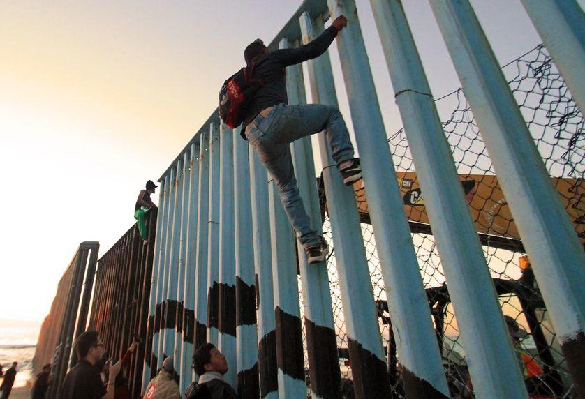 """Premières arrivées à Tijuana de demandeurs d'asile des """"caravanes de migrants"""""""