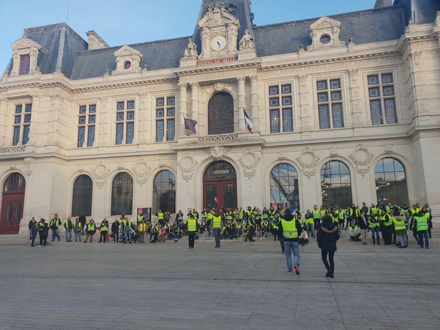 D'autres gilets jaunes devant la mairie.