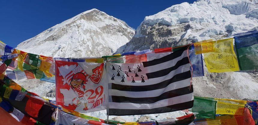 Un drapeau du club et un Gwenn ha du au milieu des cimes enneigées.