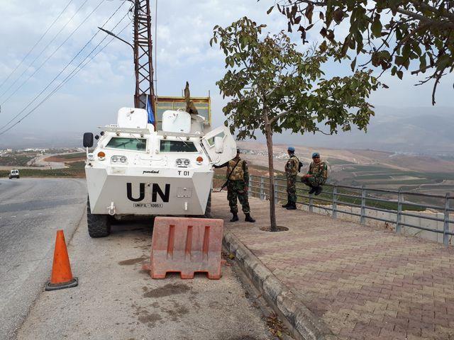 Des casques bleus de la FINUL font une pause lors de leur patrouille. La FINUL en organise 1400 par mois, de jour comme de nuit, pour surveiller la cessation des hostilités entre Israël et le Liban et d'éventuelles violations de la Ligne Bleue.