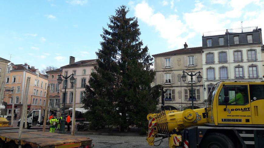 Le sapin de Noël installé sur la place des Vosges à Epinal