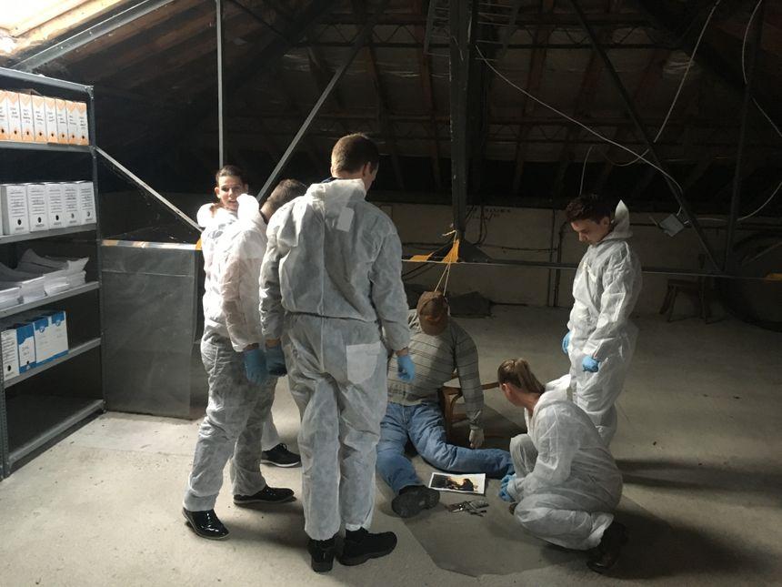 Après 45 minutes de recherches, ils découvrent un corps sans vie, celui de l'époux. Une corde au cou, de l'alcool et des médicaments... c'est un suicide.