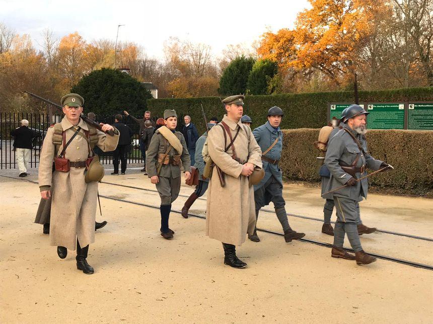 La Clairière de l'armistice ce dimanche et des passionnés de la Grande Guerre rassemblés au petit matin.