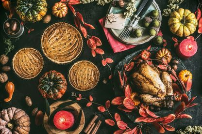 Table de Thanksgiving (tartes à la citrouille, dinde...)
