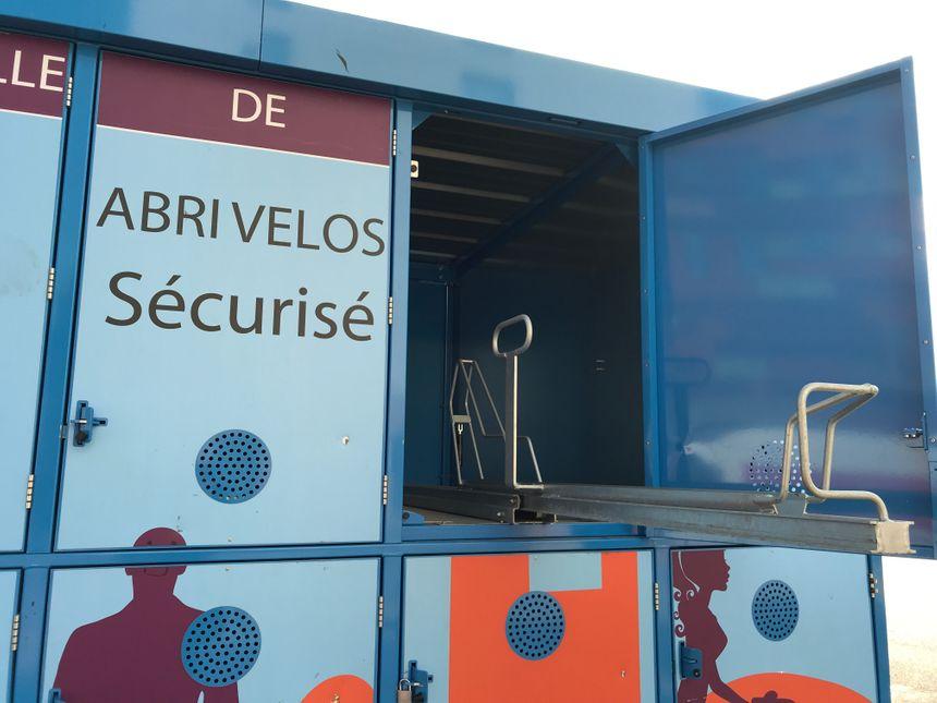 Dans les boxes supérieurs, la glissière descend jusqu'au sol pour vous permettre de hisser votre vélo.