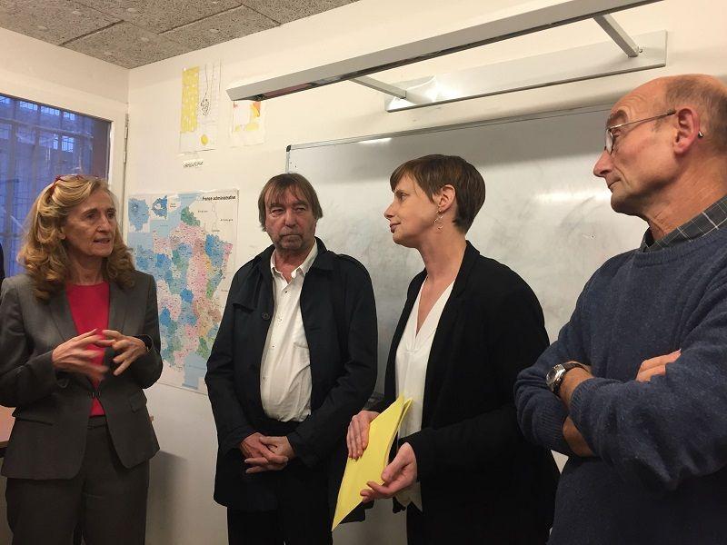 Nicole Belloubet (à gauche) ici dans une des salles de classe du quartier des mineurs du centre pénitentiaire du Havre.
