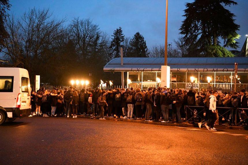 Plusieurs dizaines de lycéens se sont retrouvés devant le lycée Grandmont ce vendredi 30 novembre