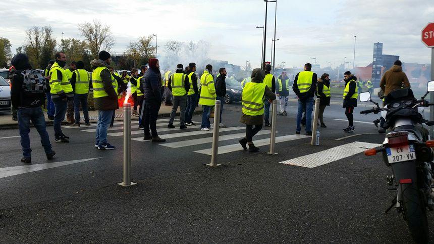 Les gendarmes mobiles sont intervenus pour déloger les gilets jaunes au centre commercial Rives d'Arcins à Bègles
