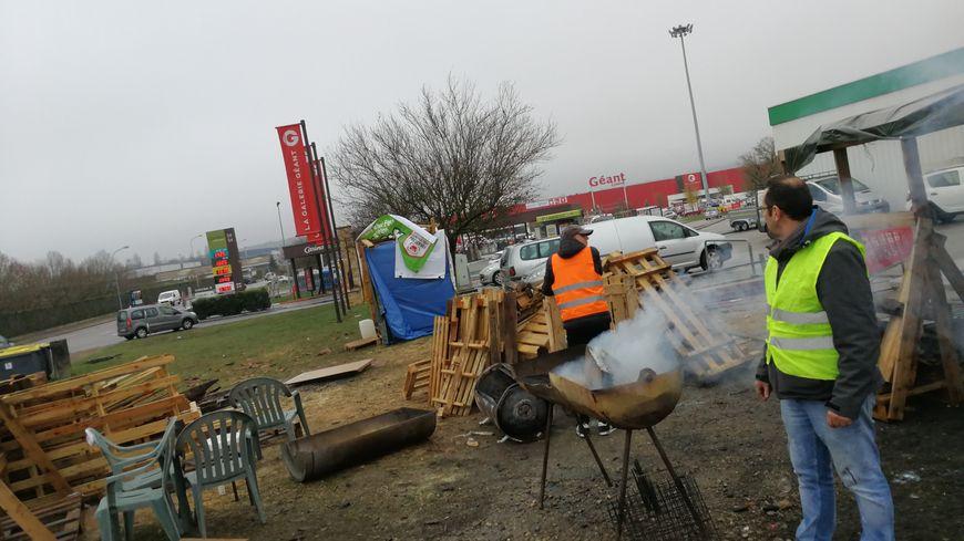 Les Gilets Jaunes en lutte contre le gouvernement ralentissent la circulation au rond-point du Géant Casino à la sortie de la LiNo entre Ahuy et Plombières-lès-Dijon.