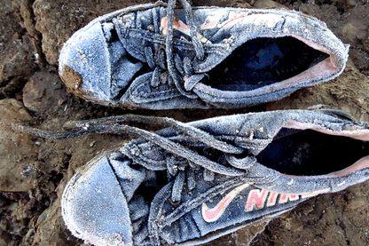 Les chaussures gelées de la fillette qui arrive en retard à l'atelier photo