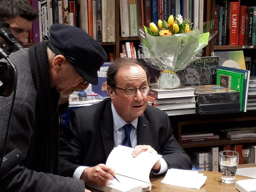 François Hollande en dédicace à la librairie Coiffard de Nantes.