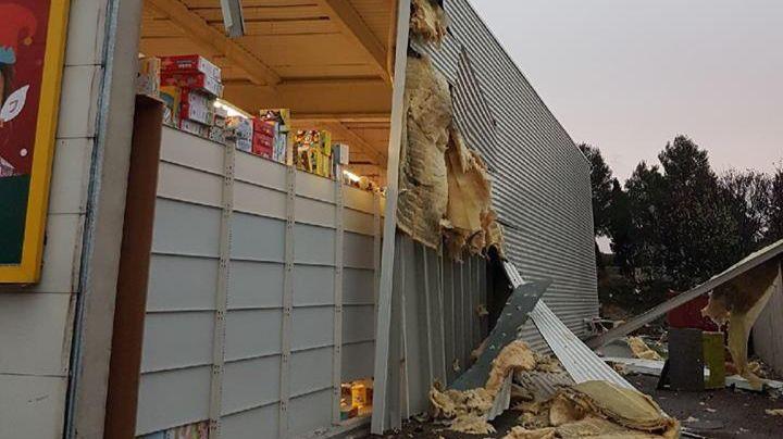 Une partie du magasin King Jouet de Frontignan arraché par le coup de vent.