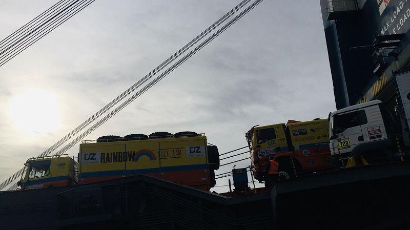 Les véhicules sont chargés dans le bateau qui les acheminera à Lima au Pérou.