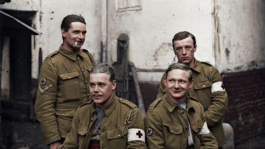 """Photo de 4 soldats britanniques  """"Tommies"""", prise à Vignacourt par Louis and Antoinette Thuilliers (couleurs rajoutées)"""
