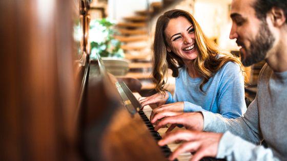 Un couple apprenant à jouer du piano
