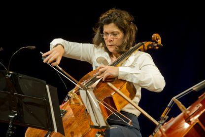 La violoncelliste Sonia Wieder-Atherton, en concert, au Carrousel du Louvre le 15 mai 2011 à Paris.