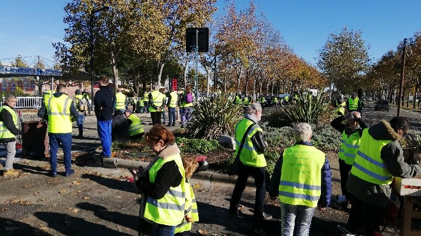 Les gilets jaunes ne lâchent rien au rond-point kilomètre delta à Nîmes ce samedi 24 novembre