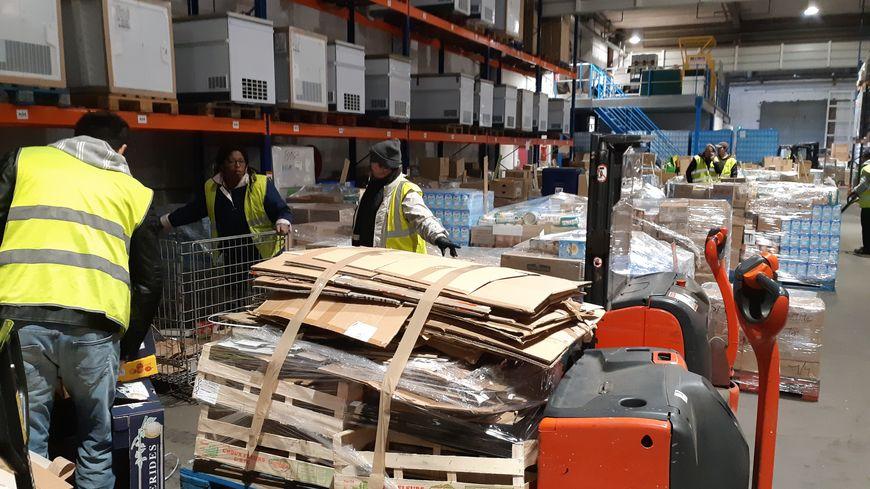 Une trentaine de salariés en insertion travaillent à l'entrepôt logistique des Restos du cœur à Wattrelos