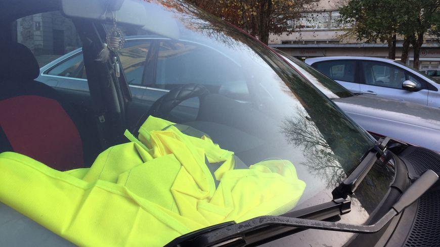 Un manifestant légèrement blessé sur un barrage de gilets jaunes au Mans après une collision avec une voiture
