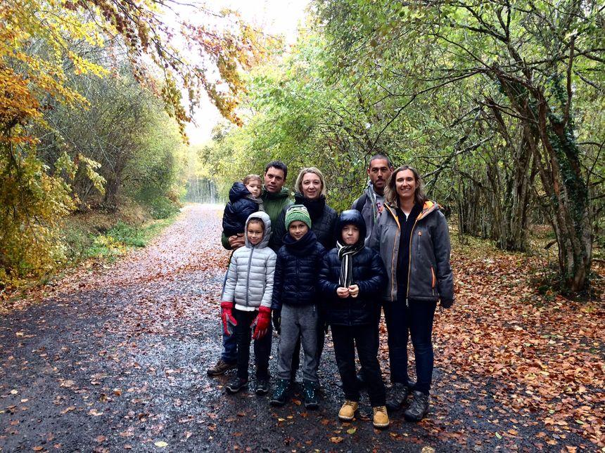 Une famille victorieuse après avoir fini la randonnée, quoi qu'un peu énervée de ne pas avoir été prévenue