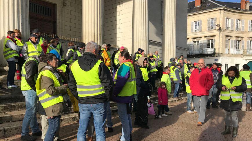 Une centaine de gilets jaunes se sont rassemblés devant le palais de justice de Périgueux ce dimanche après-midi.