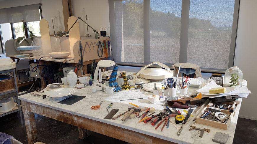 L' atelier de modelage Raynaud baigne dans la lumière. Il est situé en pleine campagne limousine, à l'abri des regards indiscrets