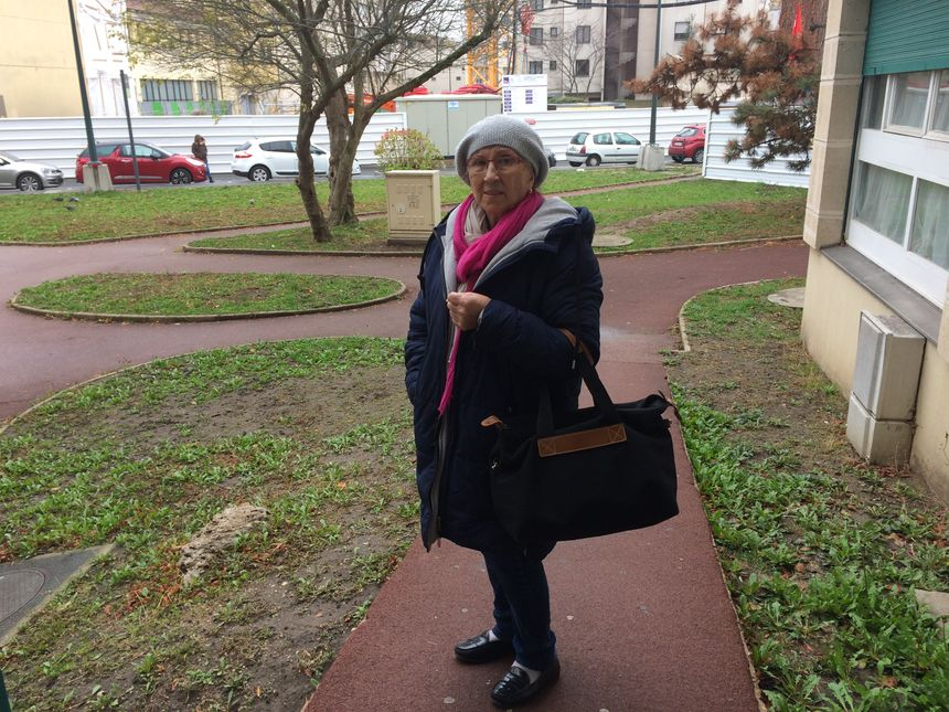 Marie, 71 ans, passe 3 à 4 nuits par semaine dans sa voiture à Puteaux, en attendant de trouver un logement. - Radio France