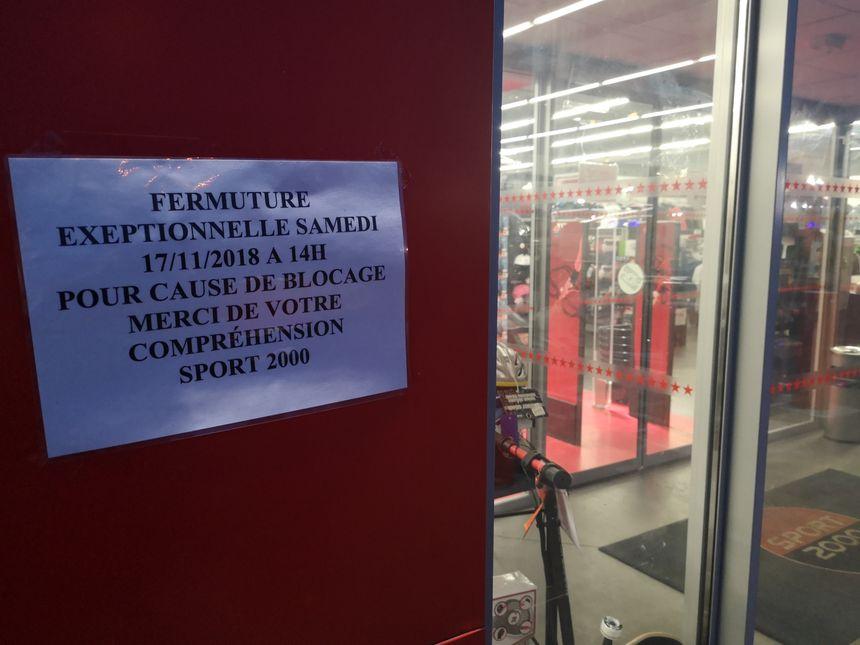 Le magasin Sport 2000 a fermé ses portes samedi après-midi, à cause du mouvement des gilets jaunes.