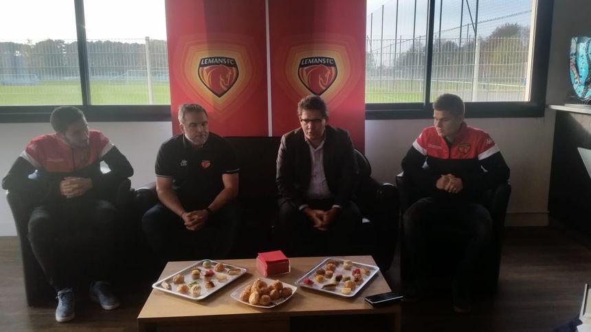 Les deux nouvelles recrues du Mans FC avec au centre l'entraîneur et le président du club