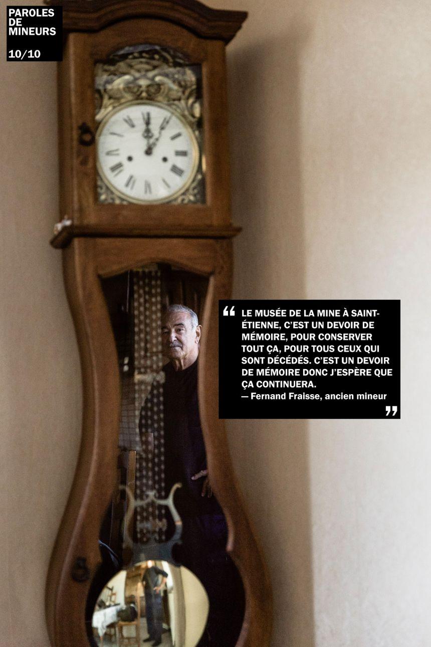 Fernand Fraisse, ancien mineur stéphanois, dans le reflet de son horloge