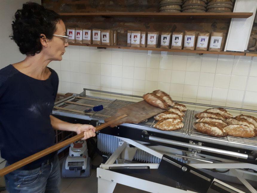 Le pain qu'elle fait avec la farine du moulin est très différent des autres.