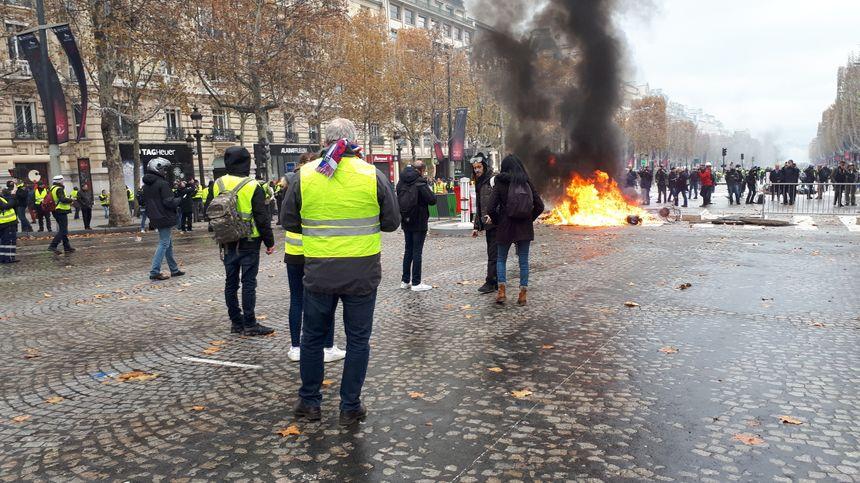 brasier sur les Champs-Elysées