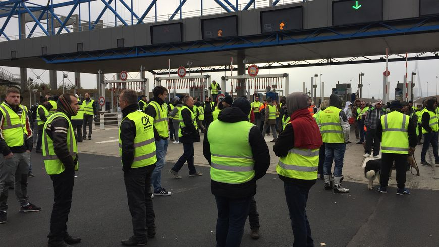 Les Gilets jaunes bloquent à nouveau les axes routiers ce dimanche (ici sur le pont de Normandie, le 17 novembre 2018)
