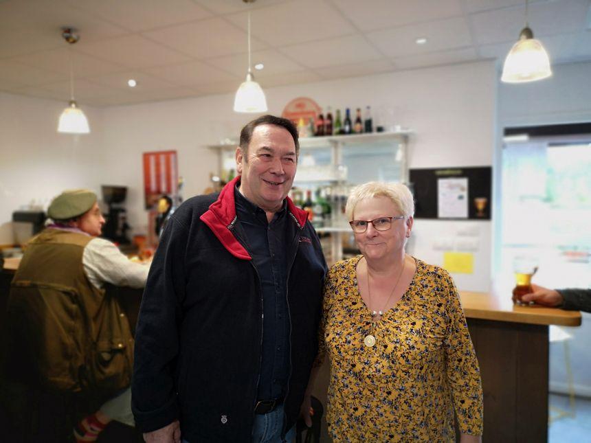 Le maire de la Motte-Ternant, Jean-Louis Petit, et Yvette Guiriatto qui a repris les rênes du café-restaurant
