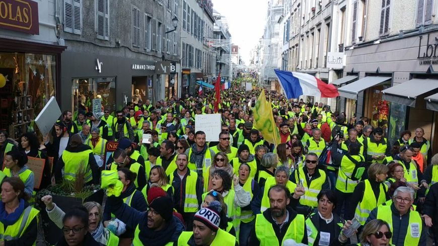Les gilets jaunes seraient environ 3.000 à Pau selon leur comptage.