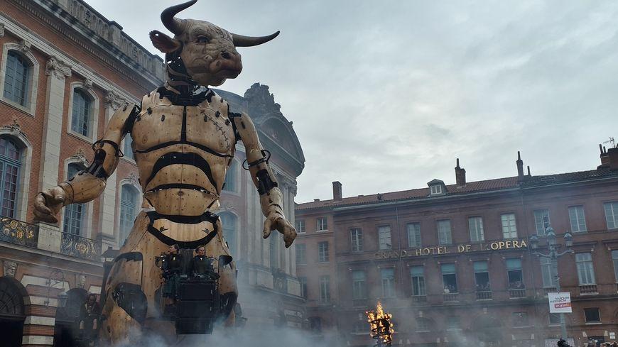 Le réveil d'Astérion le Minotaure sur la place du Capitole.