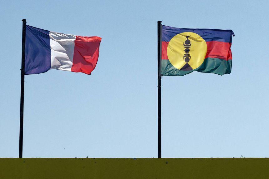 Le drapeau de la République française (à gauche) et le drapeau de la Nouvelle-Calédonie (à droite)