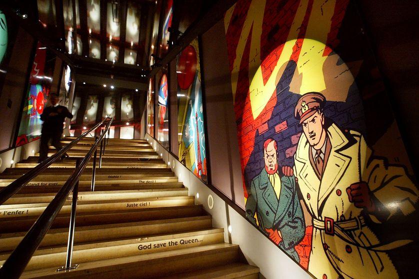 """Un visiteur quitte, le 12 novembre 2003 au musée de l'Homme à Paris, l'exposition qui rend hommage à Edgar P. Jacobs, à l'occasion du centième anniversaire de la naissance du créateur de """"Blake et Mortimer""""."""